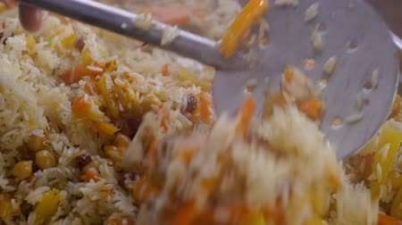 jarmuż : Chef stirring fried rice with vegetables Wideo