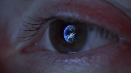 globo ocular : Close up of womans eye with the earth reflecting in the iris