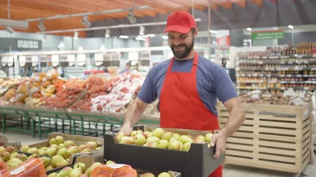 narożnik : Male supermarket clerk filling up box with pears in vegetable department