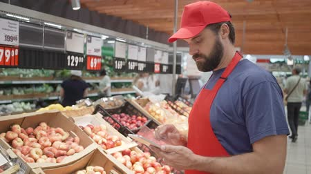 afdeling : Supermarket clerk checking quality of fruits, freshness and top quality food concept