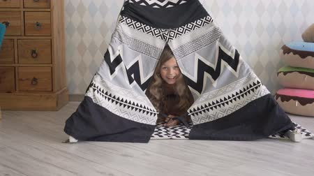 Little girl playing in a tent Stok Video