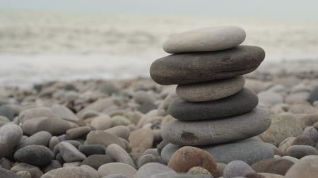 stabilní : Hand building a stack of stones on the beach