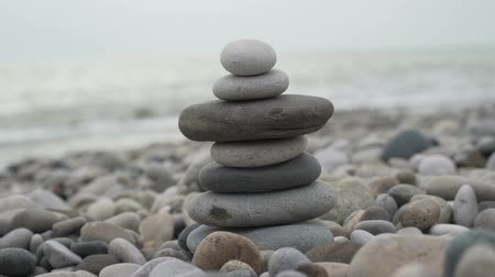 stabilní : stack of zen stones near sea
