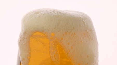občerstvení : Fresh glass of beer with foam over white background Dostupné videozáznamy