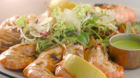 espargos : Grilled tiger shrimps with asparagus and lemon. Grilled seafood. Stock Footage