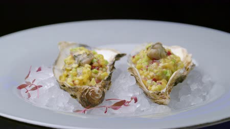 oesters : Vers geopende oester op crushed ijs in restaurant