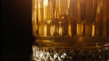 alkoholik : Old fashion whiskey on the rocks in glass with reflections