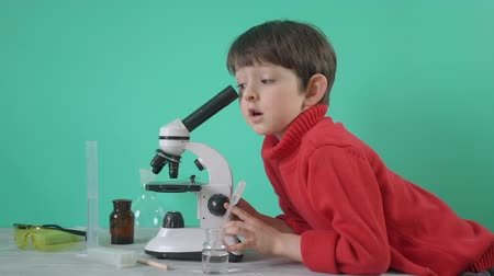 経験 : Little boy doing biochemistry research at home