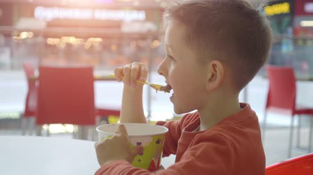 mateřská škola : little boy eating dessert ice cream in city cafe