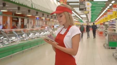 rabat : Supermarket clerk using apps on a digital tablet, innovative technology and work concept Wideo