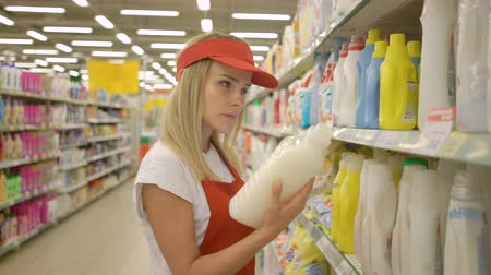 sprzątanie : Beautiful supermarket saleswoman holding a Pc tablet and checking the quality of cleaning products