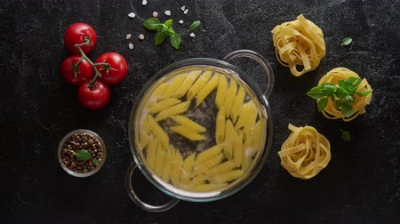 fervura : Cinemagraph loop. Cooking pasta penne in a glass pot with boiling water