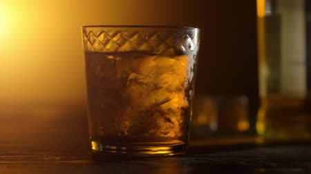 кубик льда : Ice cubes in a whiskey