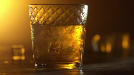 maltês : Cinemagraph. Whisky in glass with ice cubes