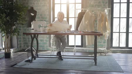 fita métrica : Young fashion woman designer working in her manufacturing office studio