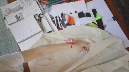varrónő : Female fashion designer is working with measurements in her studio. Stock mozgókép