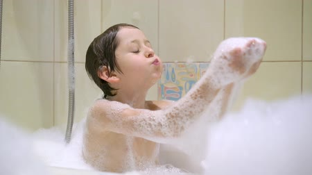 szampon : Boy taking a bath with bubbles Wideo