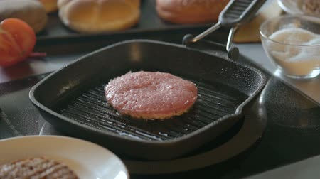 kiełbasa : Fresh meat cutlet in a frying pan grill Wideo
