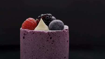 чизкейк : Delicious cake with blackberry-blueberry mousse on black background Стоковые видеозаписи