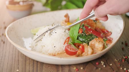 служить : Man eating delicious oriental rice with prawns and vegetables