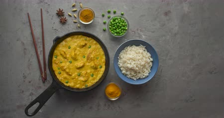 kari : Cooking tasty butter chicken curry dish with rice in a cast iron pan Dostupné videozáznamy