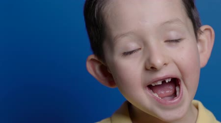 stomatologia : Cute boy showing his mouth wide open, three temporary baby milk teeth missing