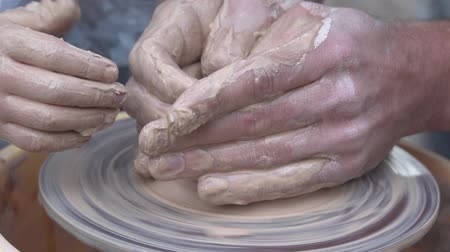 hrnčíř : Potter hands making in clay on pottery wheel. Potter makes on the pottery wheel clay pot.