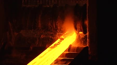 młyn : hot steel moving through the pipeline