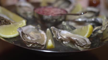 sůl : Oysters with lemon on a plate