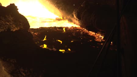 demirli : flames on the surface of the slag floating on the molten metal Stok Video