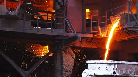 olvad : Hot steel pouring in steel plant Stock mozgókép