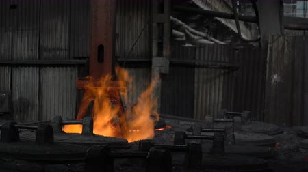pour out : Grasping the deficient burning in the fire of the workpiece Stock Footage