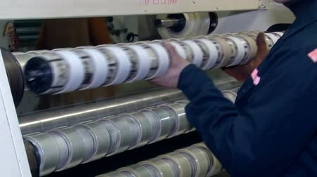 impressão digital : Winding tape with adhesive application rolls