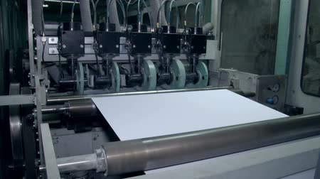 impressão digital : The unwinding of the paper for cutting the right size