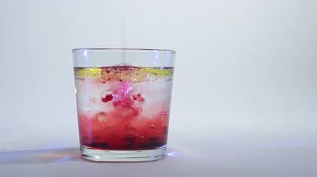 rozpouštění : Mixing of liquids in a glass or dissolution 9