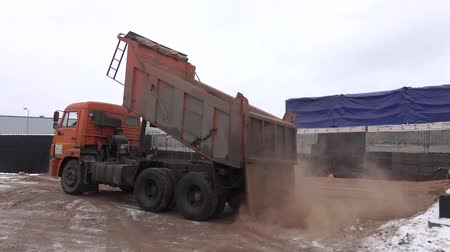 asphalt base : hot sand unloading