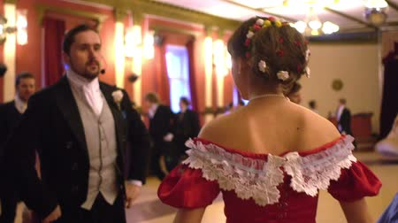 kostüm : VORONEZH, RUSSIA - APRIL 22, 2017: ballroom dancing master class during Spring ball , historical ball. People dancing in a historical costumes. Historical dance party.