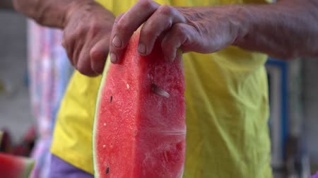 melão : Unrecognizable man cuts watermelon with knife. Countryside. Summer.