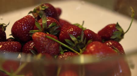 metrik : Rotating glass bowl with fresh and ripe strawberries Close up Stok Video