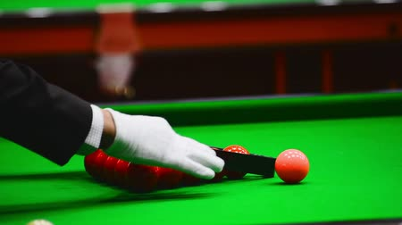 sinuca : Snooker referee set up ball for new game on the snooker table.