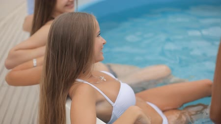 бикини : Beautiful smiling girl with champagne glass in Jacuzzi