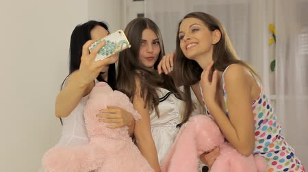 almofada : Three young women having fun (pillow fight)