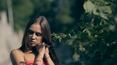 ciddi : Young brunette in the city. Stok Video