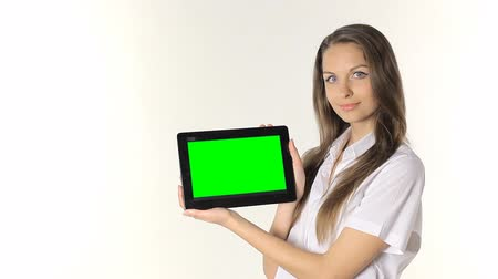 monitor počítače : Casual young woman presenting a tablet and smiling to the camera. isolated on white background
