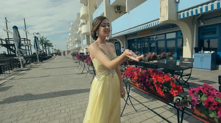 çekicilik : Beautiful attractive girl in lemony long rich strapless dress enjoy her life