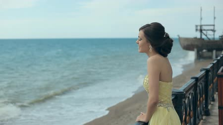 çekicilik : Tender young girl in gorgeous lemony strapless dress stay near the sea