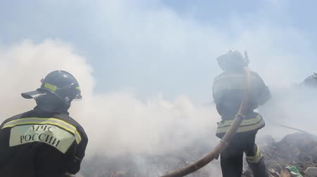lutador : Russian firefighters extinguish a fire in  field Stock Footage