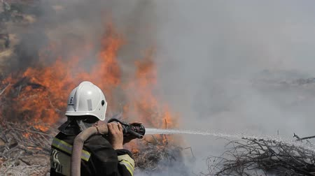 biztonság : Daring rescue of emergency extinguish a fire in  large area
