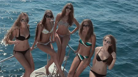 barco : Slender girls in bikini sitting on the stern of the yacht Vídeos