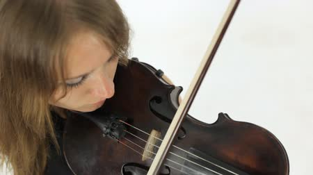 instrumento : Interesting girl takes a piece of music on the violin